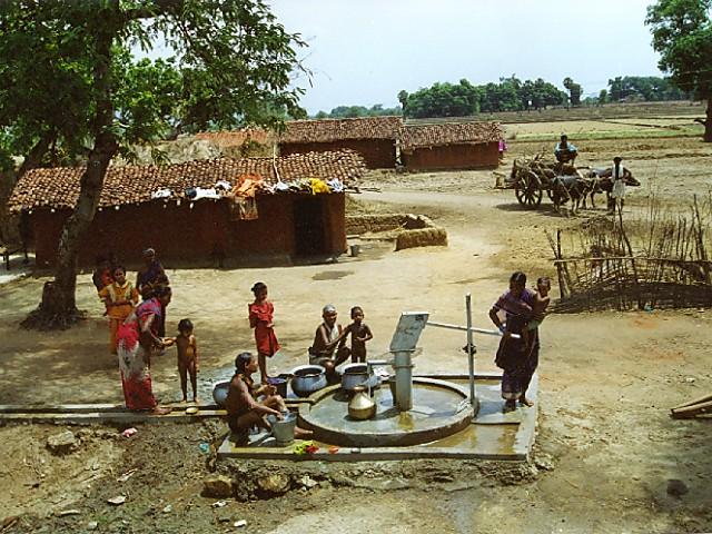 Via Folkekirkens Nødhjælp har vi bygget en brønd i Nasigaon Sundipada i Indien, som giver 215 indbyggere i landsbyen Suknabhata rent vand hver dag.